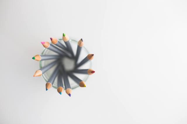 kaboompics.com_Top view of colored pencils (2)