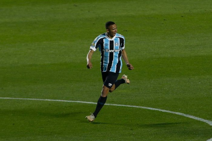 Brentford unlikely to complete deal for Gremio right-back Vanderson