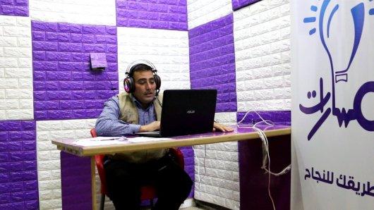 معلم يتحدث إلى طلابه عبر منصة مسارات تصوير جابر عويد (خاصة)(1).jpg