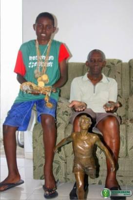 Lucas segura as medalhas conquistadas pelo avô - Foto: Quiririm News