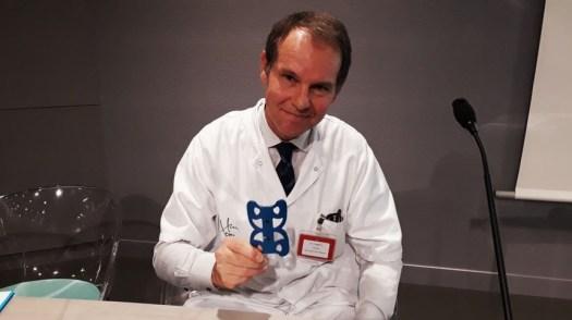 Le professeur Jérôme Tonetti, chirurgien, montre le système surgivisio - Radio France