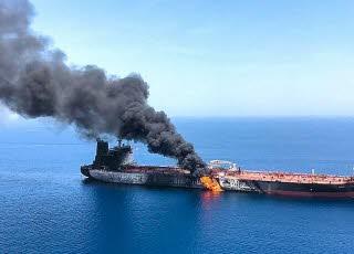 Une épaisse colonne de fumée noire s'échappait jeudi de l'incendie qui touchait le Front Altair, en mer d'Oman. Photo AFP