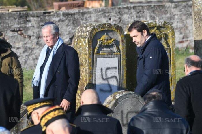 Christophe Castaner et Jean-Louis Debré entre les tombes profanées de Westhoffen. Photo DNA - Franck Delhomme