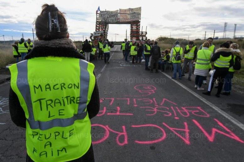 Des Gilets jaunes à Frontignan, où la raffinerie est bloquée. Photo Pascal GUYOT / AFP