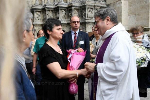 La mère de Sophie Lionnet, Catherine Devallonné, réconfortée par le prêtre à la sortie de la cérémonie. Photo Bertrand GUAY/AFP