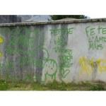 des tags sur le mur du cimetière