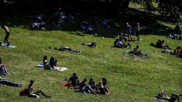 des dizaines de jeunes rassemblés dans un parc de Paris pour faire la fête