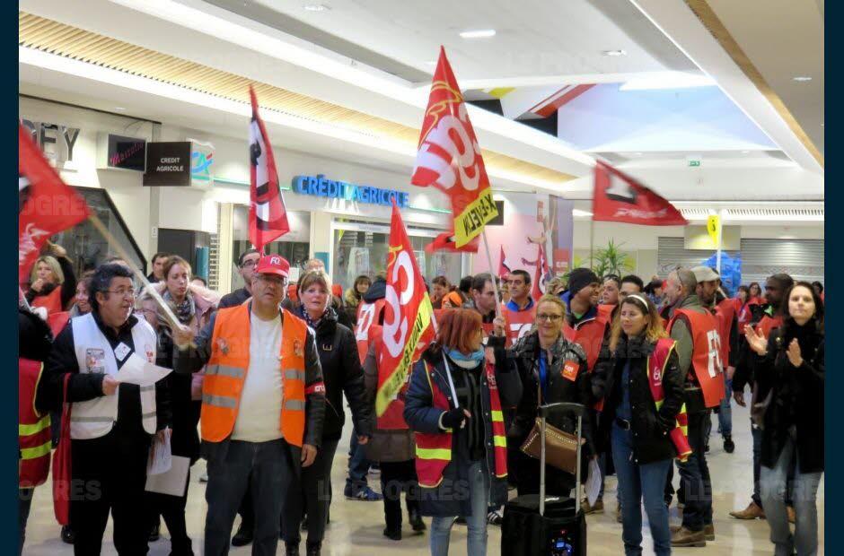 Le cortège des manifestants s'est déployé dans la galerie marchande à Vaulx. Photo Monique Desgouttes-Rouby