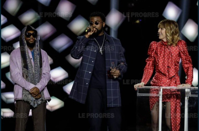 Damso with the presenter of the evening Daphne Burki. Photo Thomas SAMSON / AFP