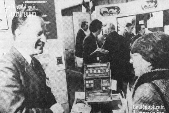 """Gérard de Villeroche présentant son """"Guide intelligent"""" au salon de Genève en avril 1986 (Photo parue dans l'Est Républicain du 17 avril 1986)"""