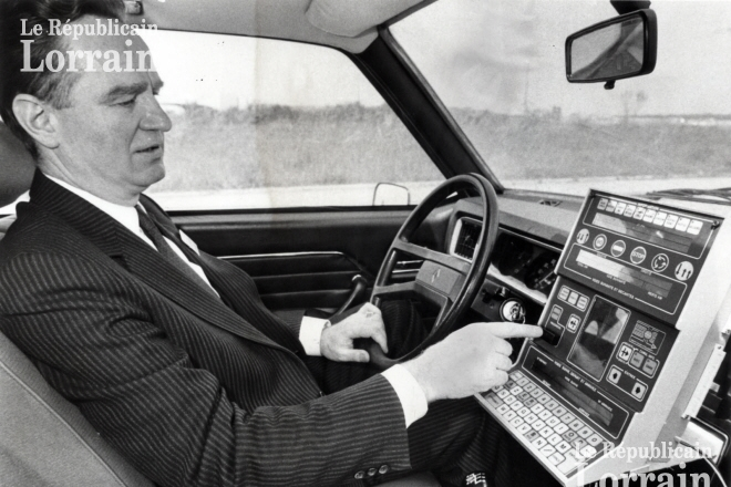 """Gérard de Villeroché et son """"Guide intelligent"""" conçu en Lorraine : ici en test sur les routes de Metz en mai 1986 (Archives Le Républicain Lorrain)"""