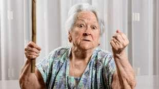 signora anziana incazzata