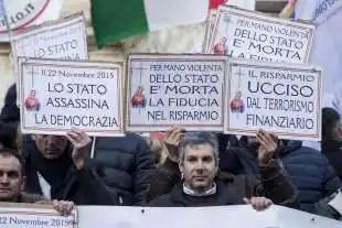 protesta dei risparmiatori davanti a bankitalia 10