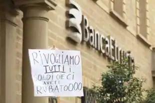protesta dei risparmiatori davanti banca etruria 7