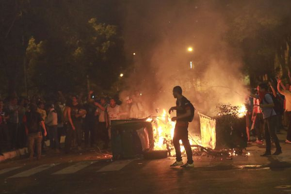 Los manifestantes queman de todo. Foto: Pánfilo Leguizamón.
