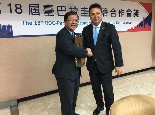 El ministro de Economía de China-Taiwán, Chih-Kung Lee, y el de Industria y Comercio, de Paraguay, Gustavo Leite, se saludan al término de la firma del acuerdo. Foto: Presidencia de la República, Paraguay.