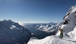 Quick view check on the way to the top of #Geitgaljen. #kompanilofoten #lofoten #splitboarding #jonessolution #splitboard #sparkrd #earningyourturns #backcountry #liveterbestute #mittnorge #mountainlove #ikkeallekanhadetdritt