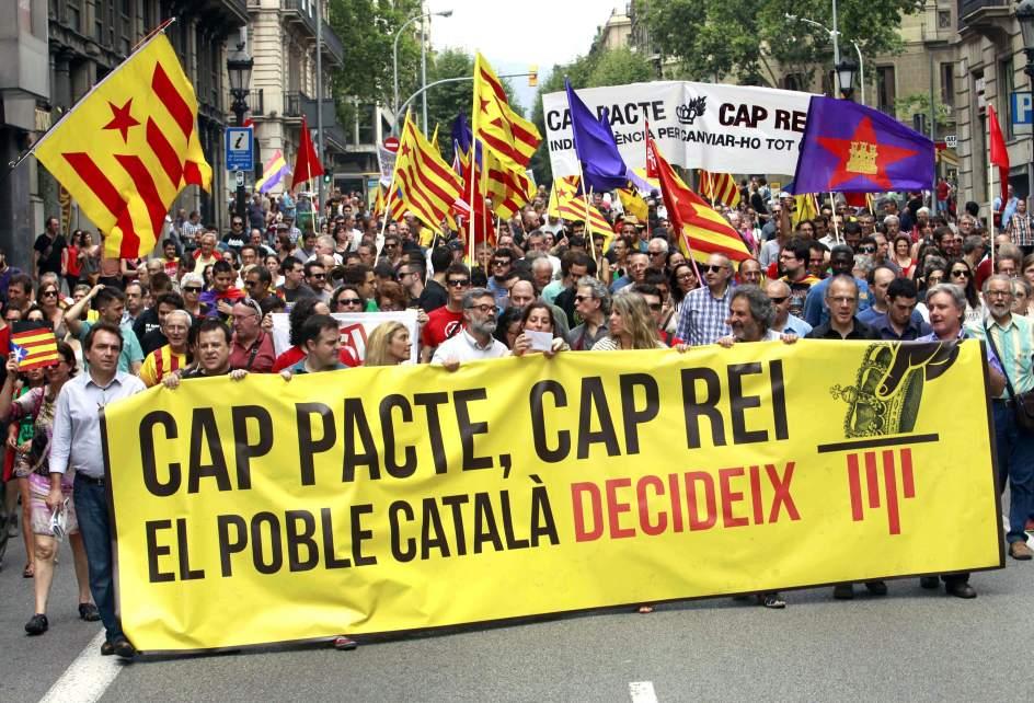 Centenares de personas piden la República Catalana en una marcha por Barcelona