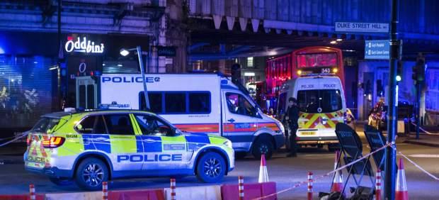Coches de policía vigilan la región del Puente de Londres tras el atentado.