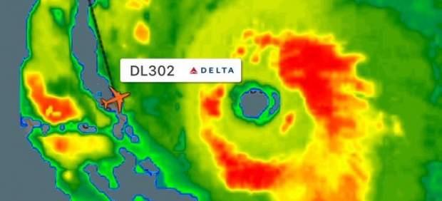 Un aeroplano consigue sortear el huracán Irma