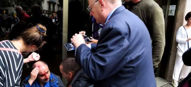 Hombre herido por una pelota de goma en la carga policial en el CEIP Ramon Llull