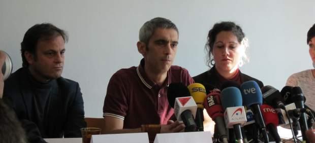 Roger Español, herido por bala de goma el 1-O, con Jaume Asens y Anaïs Franquesa.