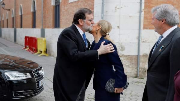 Rajoy saluda a Cifuentes a su llegada a la entrega del Premio Cervantes