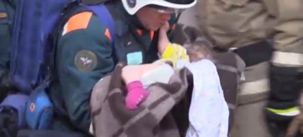 Milagroso rescate de un bebé atrapado en los escombros de un edificio derrumbado en Rusia en Nochevieja
