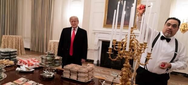 Trump recibe con hamburguesas a un equipo universitario