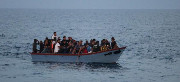 El Ocean Viking pide a Italia y Malta un puerto para desembarcar a los 218 migrantes