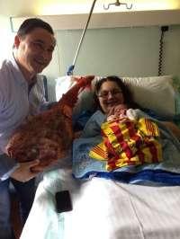 La empresa 'Manolica' regala un pernil a los padres del primer bebé dentro de la campaña