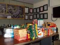 El personal de la empresa Ercros de Monzón y Sabiñánigo recogen cientos kilos de alimentos para Cáritas