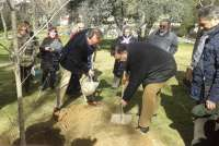 La Federación de Enfermedades Raras en Aragón planta un árbol Gingko en el Parque Grande