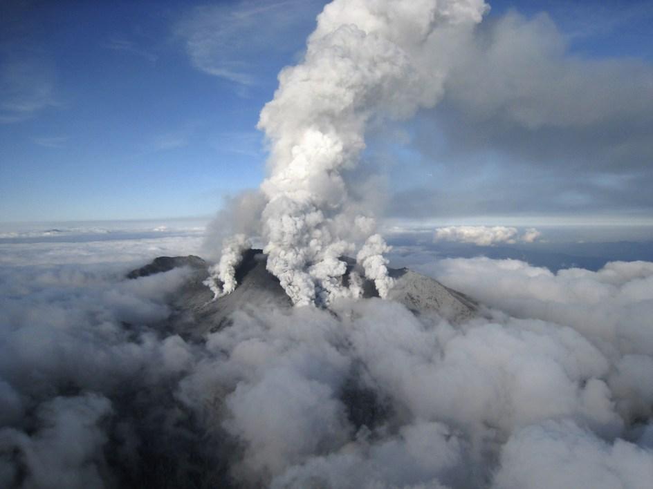 Rescatan cinco cadáveres más en el volcán Ontake