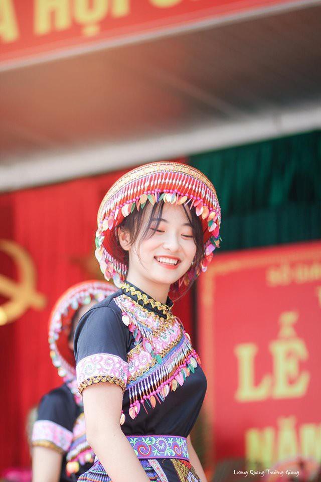 Nữ sinh Thái Nguyên múa trong ngày khai giảng gây bão vì quá xinh - 3