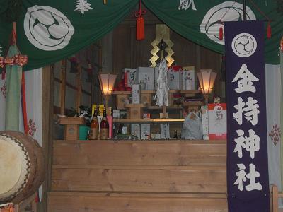 神棚です。たくさんのお供え物が祭ってあります。
