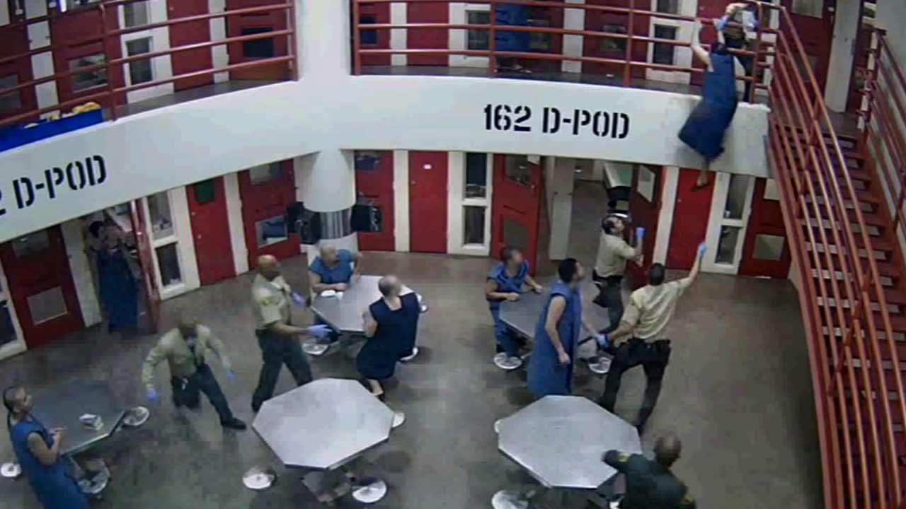 Video Sheriff S Deputy Saves Suicidal Inmate From Jumping