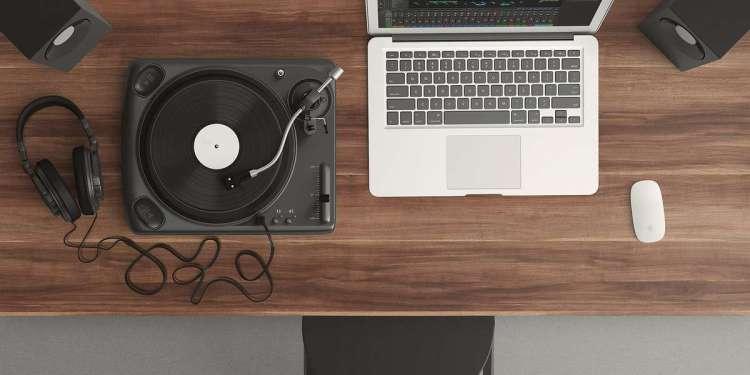 Musician's Desk (Image Credits: Theglassdesk / Pixabay)