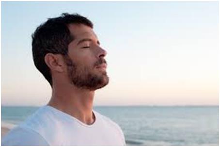 قم بالتركيز على التنفس بطريقة صحيحة، عد أنفاسك حتى 10 وكرر الأمر، لأن ذلك سوف يساعدك على البقاء هادئًا.