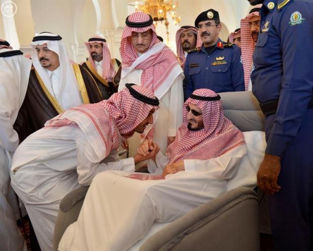 بالصور.. الأمير بندر بن عبدالعزيز يؤدي صلاة الميت على الشيخ مهنا أبا الخيل