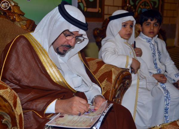 أمير منطقة القصيم يلبي طلب طفل مصاب بالسرطان ويزوره في منزله