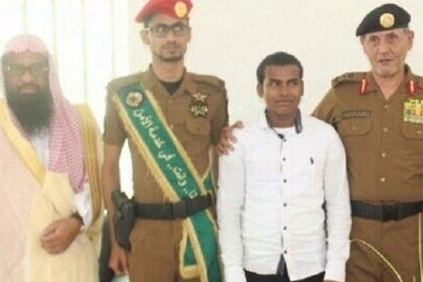 شرطة جازان تحتفي بعامل اعتنق الإسلام.. وأمير المنطقة يهنئه