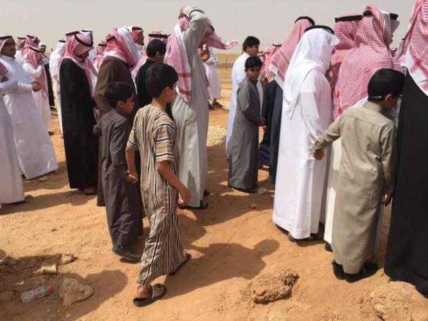 صور مؤثرة لـ طلاب ابتدائية بعرعر أصرّوا على تشييع معلمهم بالمقبرة