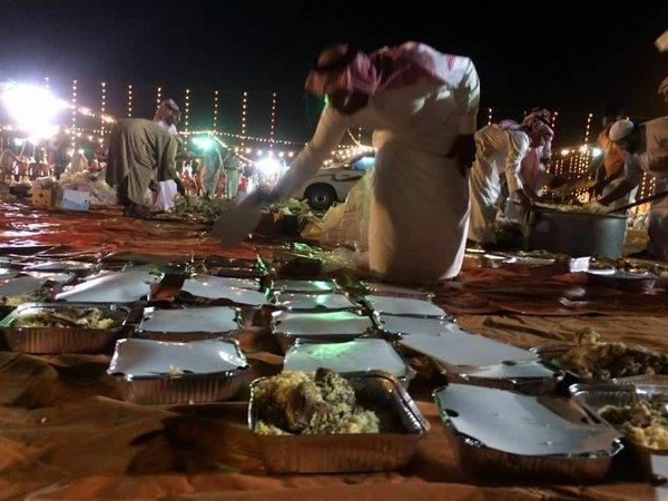 شباب يتطوعون لجمع الفائض من طعام الولائم