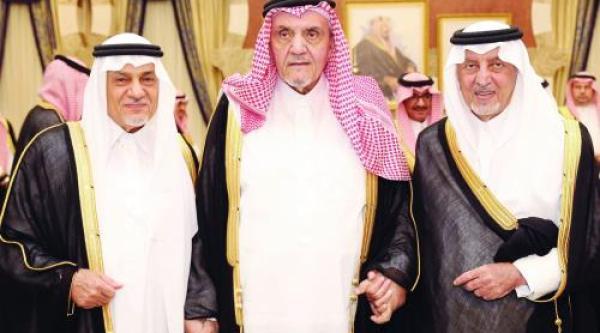 محمد الفيصل يتوسط خالد الفيصل وتركي الفيصل