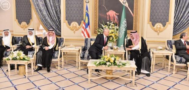 ولي العهد يقيم مأدبة عشاء لرئيس وزراء ماليزيا