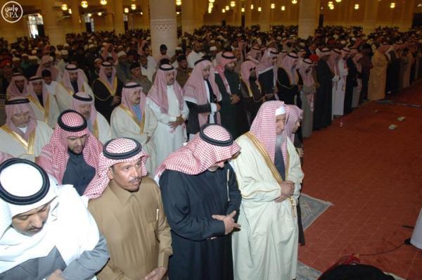 بالصور.. أمير الرياض يؤدي صلاة الميت على والدة الأمير جلوي بن سعود بن عبدالعزيز