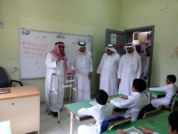 بالصورة.. معلم يتحامل على ألمه ويواصل التدريس لطلابه رغم مرضه