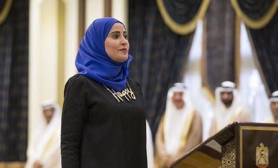 بالصورة.. وزيرة السعادة الإماراتية ترتدي قلادة تحمل كلمة happy  خلال أداء القسم