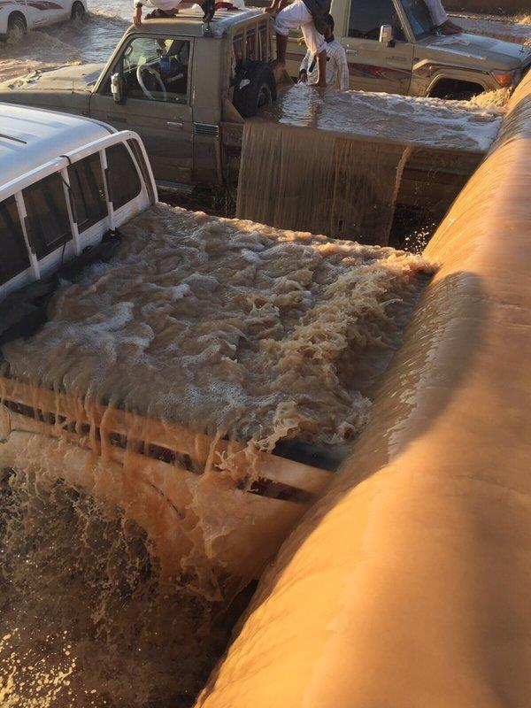 """شباب من """"طبرجل"""" يتجاوزون تحذيرات الدفاع المدني في تعاملهم مع السيول"""